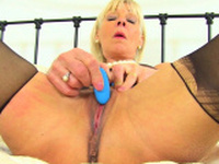 British milf Kat needs toying her shaven cunny